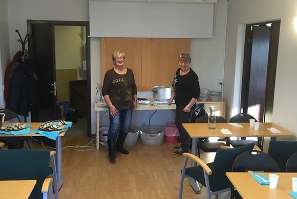 Connie lagar all mat hemma. På plats räcker det med några värmeplattor för att slutföra mästerverken. Anita och Connie poserar.