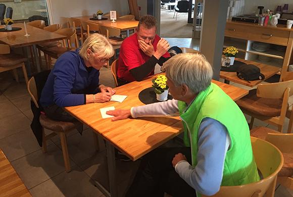 ...att dom skulle bjuda på kaffet. Mats tar sig för pannan och Eva verkar vilja kontrollräkna. Tack för en trevlig dag på banan.